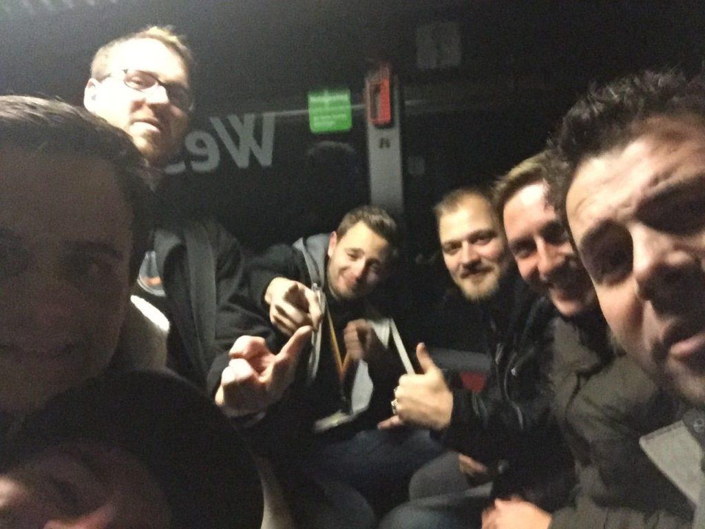 Bestens gelaunt – die Würste im Bus